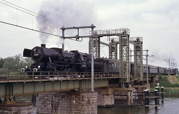 Stoomlocomotief rijdt over de oude Wantijspoorbrug