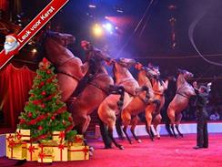 Kerstadvertentie van het circus met opgetuigde paarden
